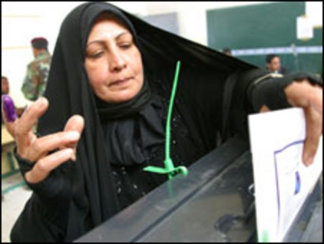 تشارك مختلف فئات المجتمع في العملية الانتخابية