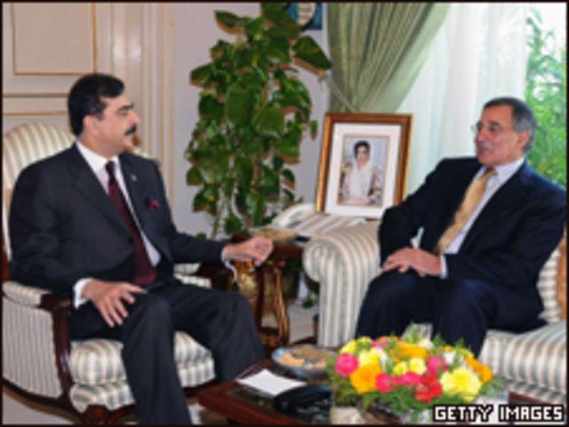رئيس وزراء باكستان، يوسف رضا جيلاني مستقبلا مدير وكالة الاستخبارات الأمريكية، ليون بانيتا