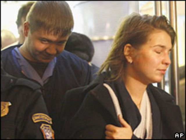 Пассажирка потерпевшего крушение поезда после прибытия в Санкт-Петербург