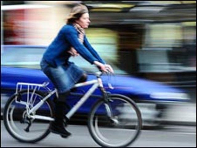 امرأة على دراجة هوائية