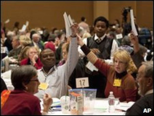 Участники собрания голосуют за кандидатуру Мэри Глэсспул