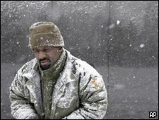 أمريكي يسير في الثلوج