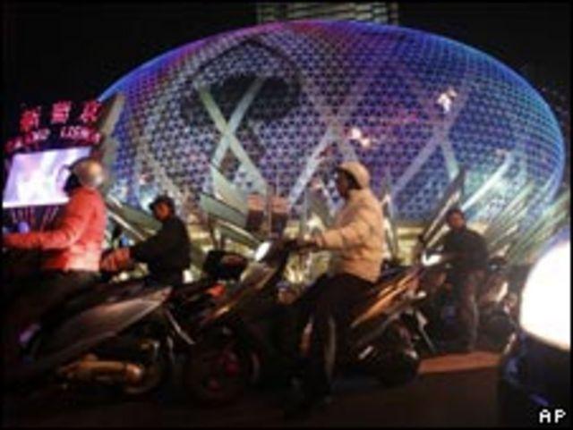 澳門新葡京賭場前摩托車司機等候交通燈(18/12/2009)