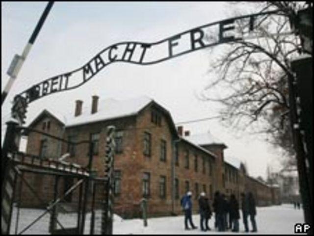Знак на брамі Освенціма