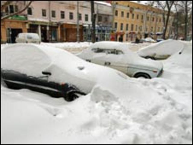 الثلوج تغطي السيارات في اوكرانيا