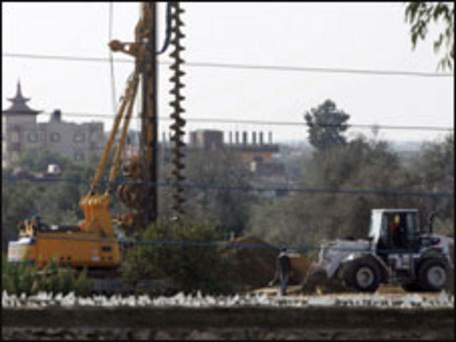 معدات بناء الجدار على حدود مصر مع غزة