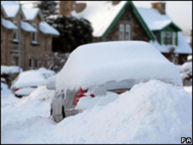 Auto abandonado bajo la nieve en Escocia