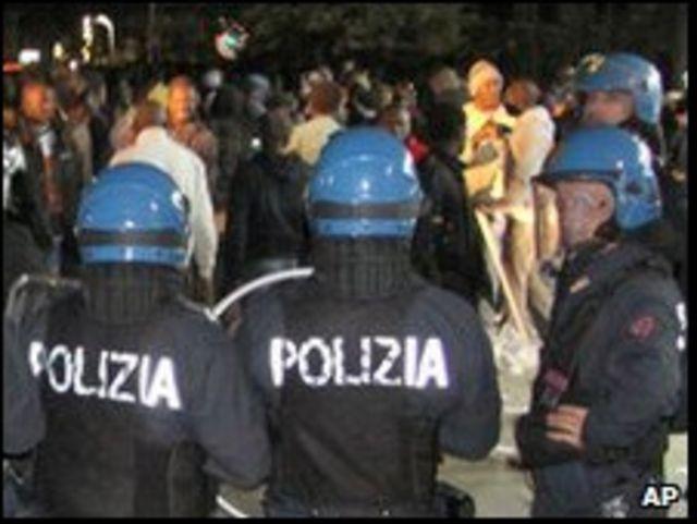 اندلاع أعمال عنف بين الشرطة والمهاجرين