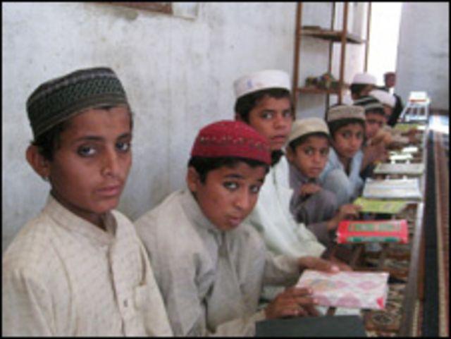 پاکستان میں شعیہ، بریلوی اور دیوبندی سمیت پانچ مکاتب فکر کے رجسٹرڈ مدارس کی تعداد   بیس ہزار کے قریب ہے: محمد حنیف جالندھری