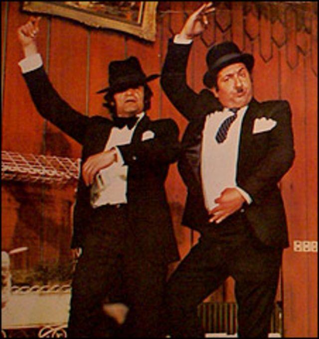 علی میری و رضا بیک ایمانوردی. رقص و آواز دو رکن جداییناپذیر سینمای عامه پسند ایران در سالهای قبل از انقلاب بودند