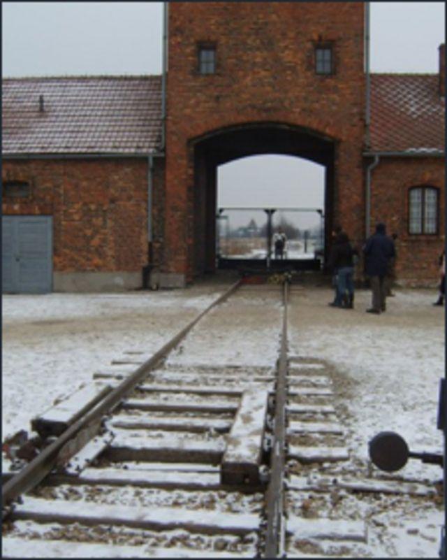 इसी दरवाज़े से यूरोप भर से रेलगाड़ियाँ लोगों को शिविरों में लाती थीं