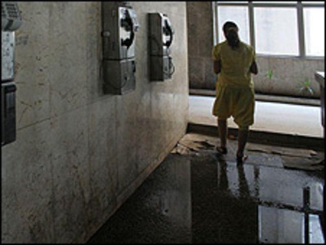 Pasillo inundado en un hospital