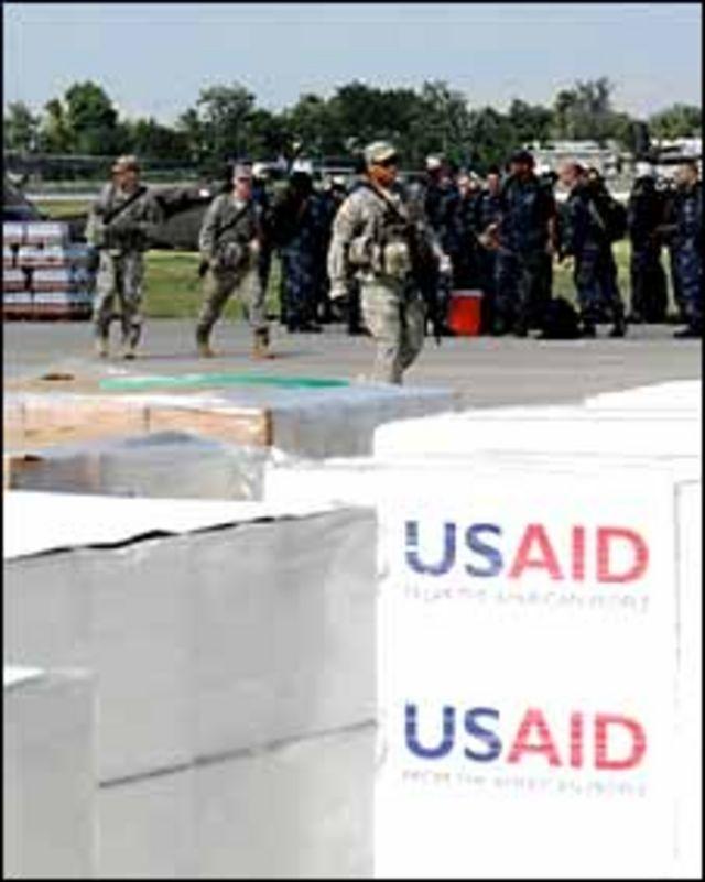 جنود أمريكيون يحرسون نقل المعونة في هاييتي