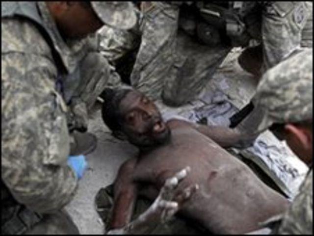 مصاب في زلزال هايتي يجري انقاذه