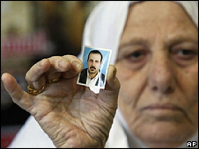 امرأة تحمل صورة لمحمود المبحوح