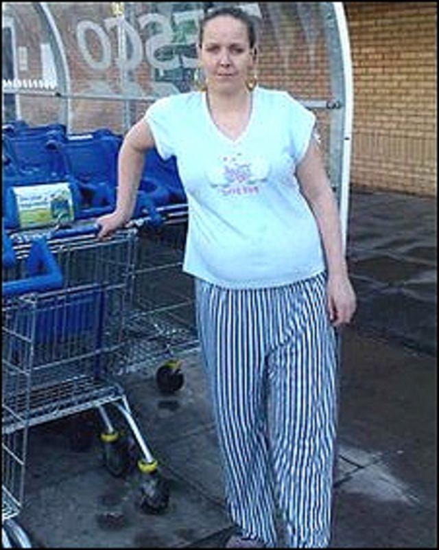 Elaine Carmody en la entrada de Tesco, con su pijama.