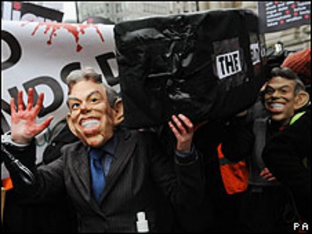 Un hombre con una mascara de Blair carga un ataúd
