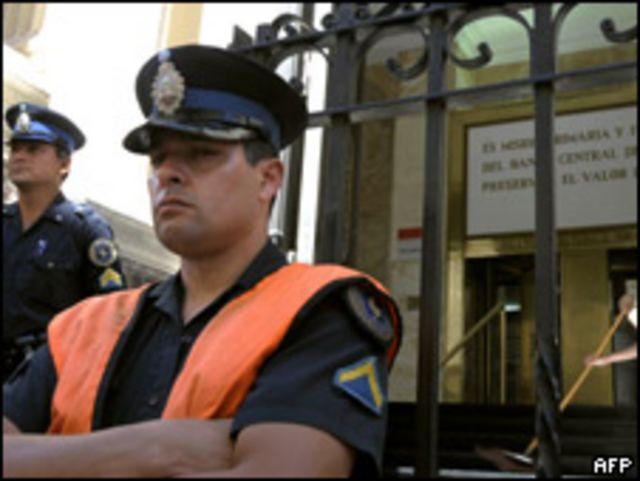 Policías frente al Banco Central de Argentina