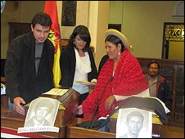 Ceremonia de entrega de cadáveres de guerrilleros en Bolivia.