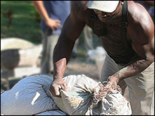 Trabajador de la construcción cubano (Foto: Raquel Pérez)