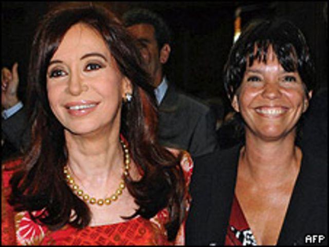 Presidenta argentina Cristina Fernández de Kirchner (izq.) junto a la nueva presidenta del Banco Central, Mercedes Marcó del Pont