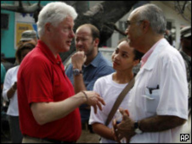 كليتون يحاور أحد الأطباء في عاصمة هايتي