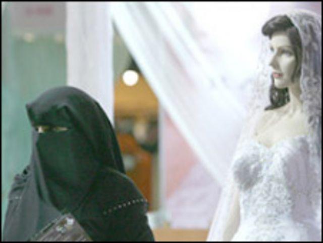 امرأة اماراتية ترتدي النقاب