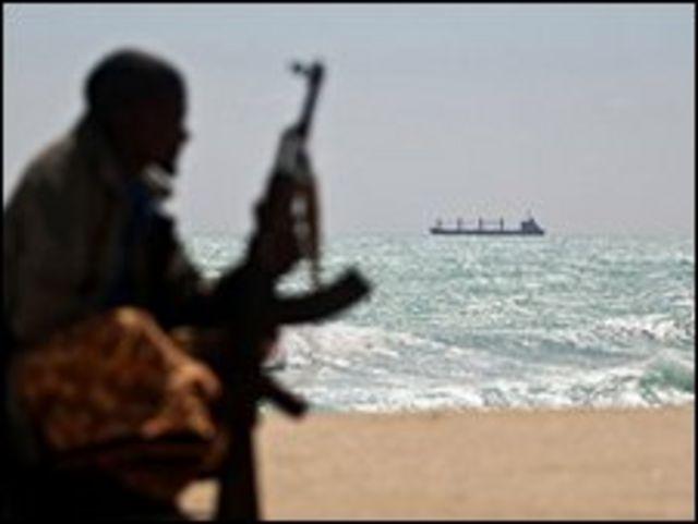 قرصان صومالي على شاطيء