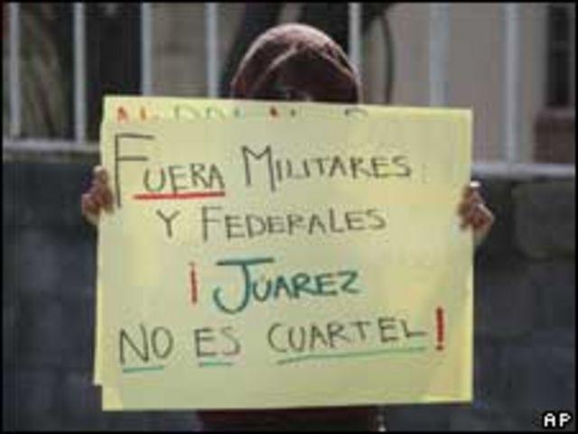 """طالبة تحتج ضد زيارة رئيس المكسيك لمدينة """"كيوداد خوارز"""""""