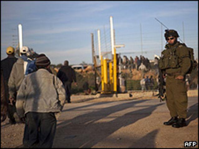جندي على حاجز اسرائيلي في الضفة الغربية