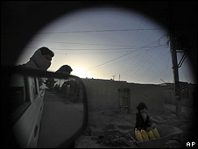 دختر افغان در حال انتقال آب در شهر لشکرگاه، مرکز هلمند