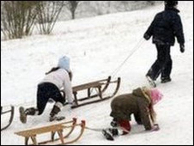 اطفال المان يلعبون على الثلج