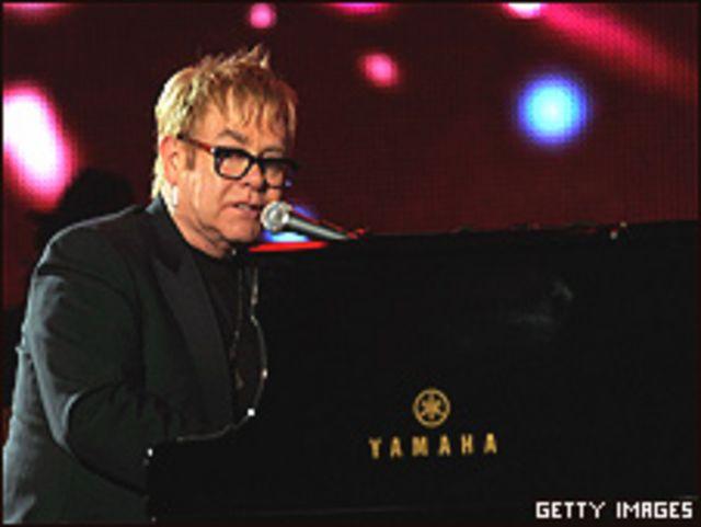 المغني البريطاني إلتون جون