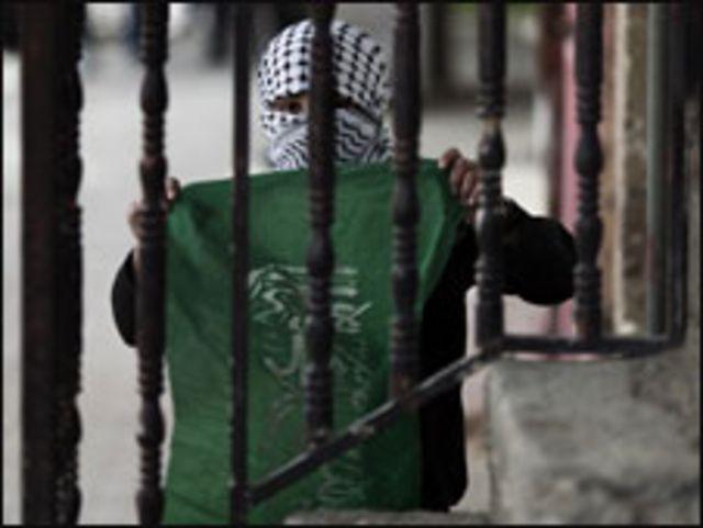 طفل فلسطيني يحمل علم حماس