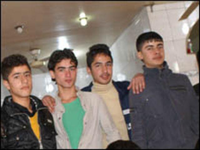شبان في مقهى انترنت في العراق