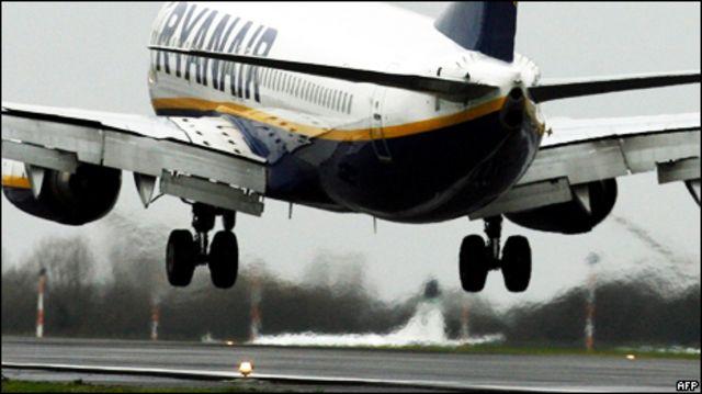 Самолет Ryanair на взлете