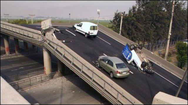 انهيار أحد الجسور بسبب زلزال تشيلي