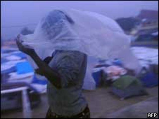 امرأة تحتمي من المطر في بور أو برنس