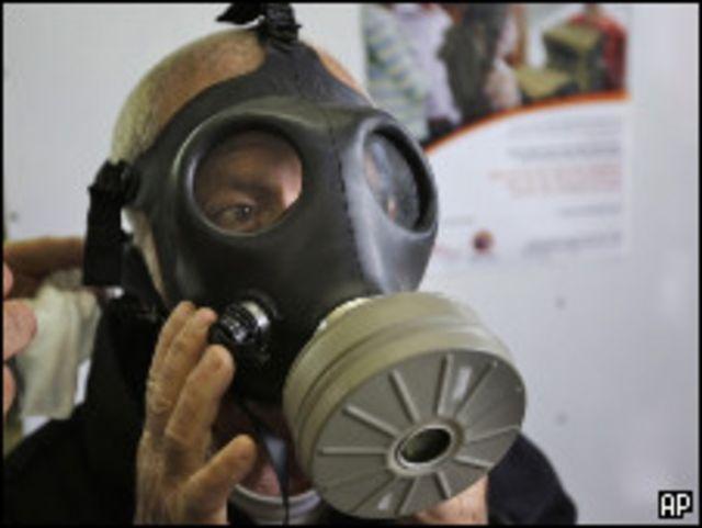 اسرائيلي يجرب ارتداء القناع الواقي من الغاز