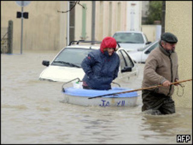 سيول وفيضانات في بلدة تشاتيلايلون غربي فرنسا