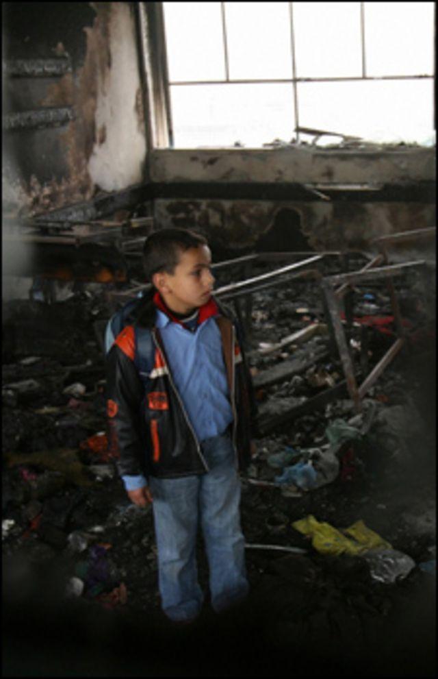 طفل يتفقد منزل الأسرة الذي دمرته الحرب في غزة