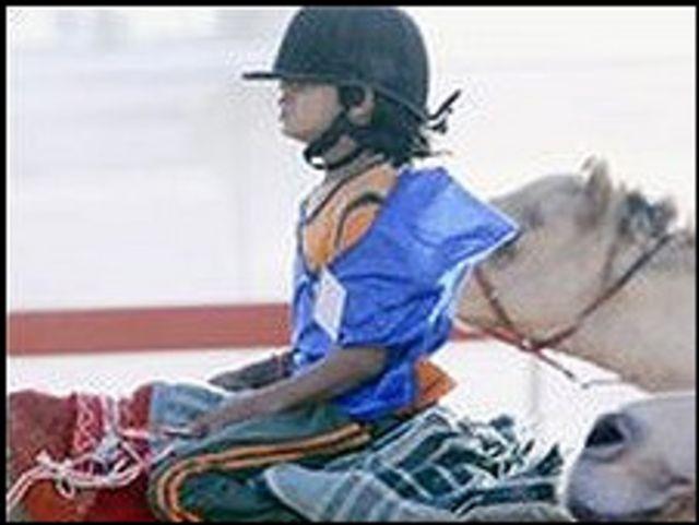 أطفال صغار يشاركون في سباقات الهجن