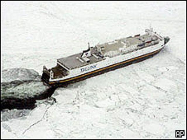 سفينة عالقة في الجليد في بحر البلطيق