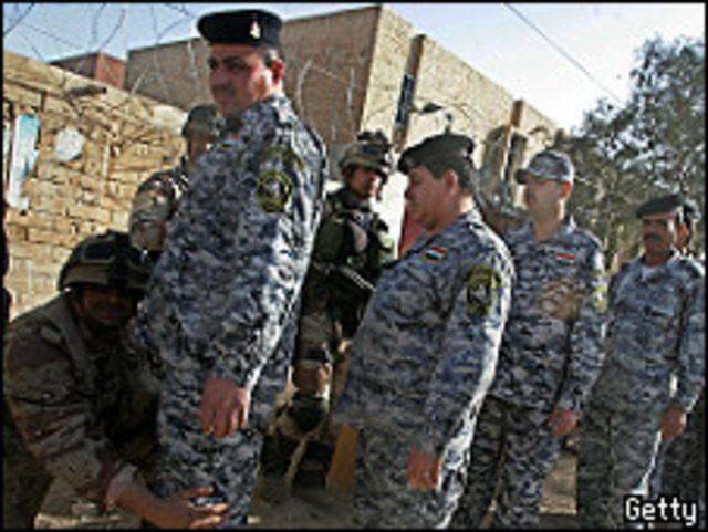 أفراد أمن عراقيون يستعدون للإدلاء بأصواتهم