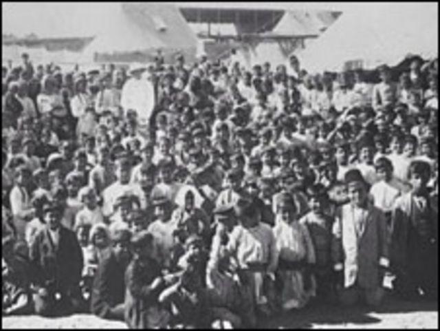 أطفال أرمن في مخيم للاجئين في عام 1915