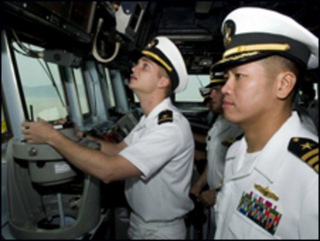 Thiếu tá hải quân Hoa Kỳ người Mỹ gốc Việt trong buồng lái của chiến hạm USS Lassen