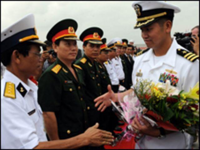 Hạm trưởng Lê Bá Hùng dẫn tàu USS Lassen thăm cảng Đà Nằng hôm 1/11/2008