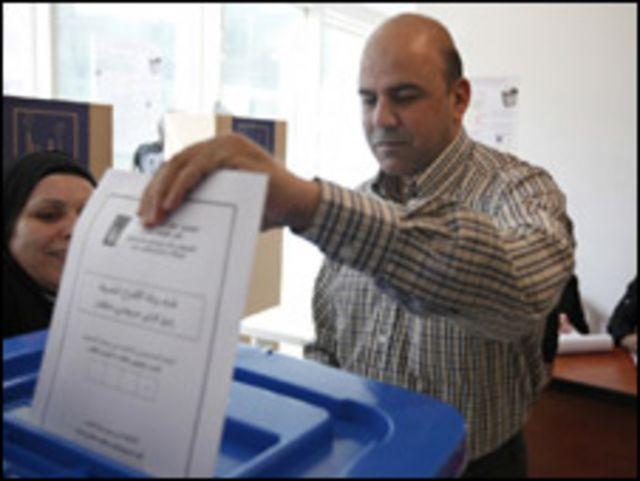 عراقي يصوت في بيروت