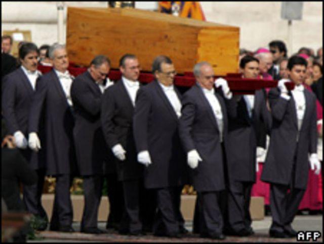 نبلاء قداسته يحملون نعش البابا الراحل يوحنا بولس الثاني (2005)
