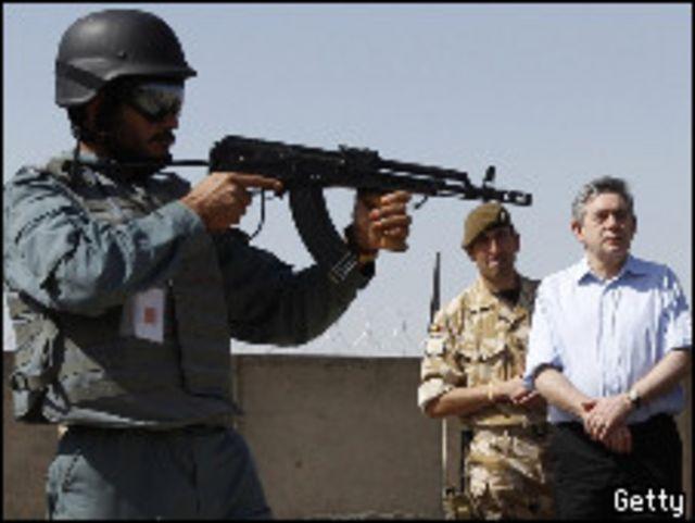 جوردون براون أثناء زيارته لأفغانستان